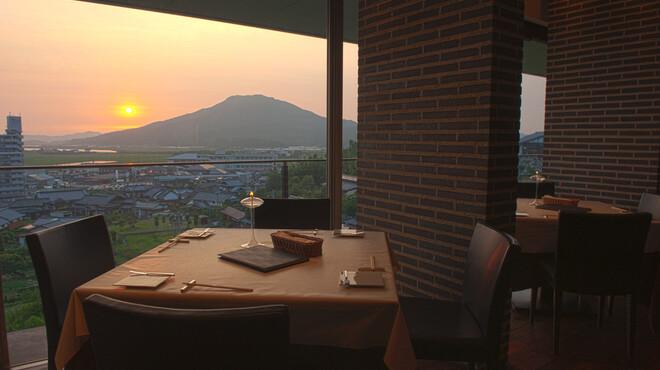 ステーキガーデン 風の邱 - 内観写真:加布里湾や糸島富士が見渡せるテーブル席でも全メニューが楽しめます