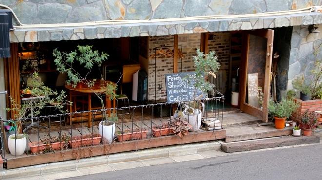 ファシュタ - 内観写真:入り口左側、カフェバースペース。
