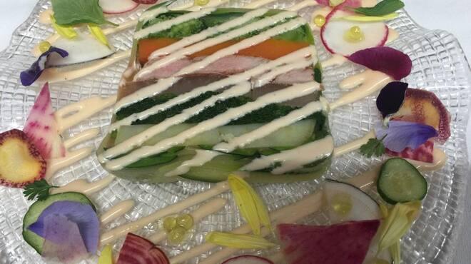 epice - 料理写真:epiceのスペシャリテ・仔牛フィレと春野菜のテリーヌ