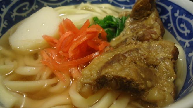 美ら海 - 料理写真:ソーキそば(ハーフサイズ。豚軟骨入り)756円
