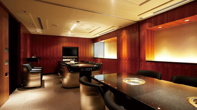 食楽苑 金魚 - 内観写真:落ち着きのある個室はゴージャスな雰囲気