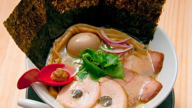 中華そば鷸 - 料理写真:スープを口にした時の鶏の香り飲んだ後に来るほとばしる蛤の旨み、蛤と松茸の愛称で旨み倍増!【特製中華そば】