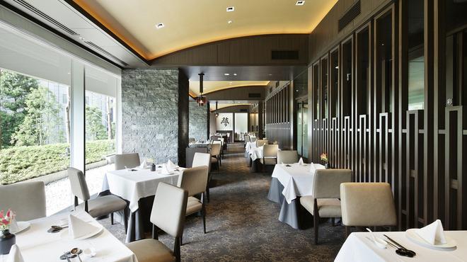 中国料理 星ヶ岡 - 内観写真:昼は明るく開放感のあるテーブル席