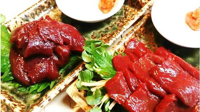 焼肉ひび屋 - 料理写真:元祖 会津馬刺し 左写真ロース 1,200円  右写真モモ 980円
