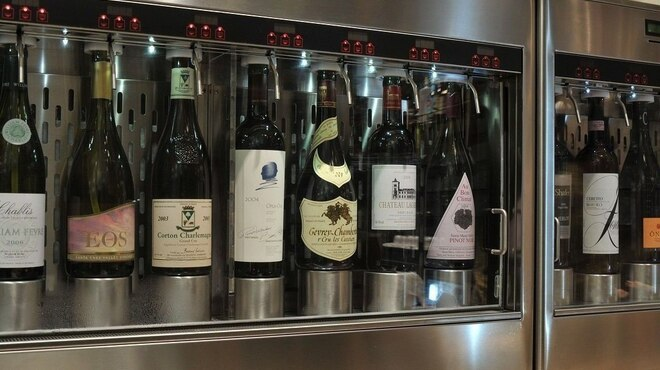 春秋ユラリ - ドリンク写真:バイ ザ グラスのワインの鮮度を、最適な状態に保つワインサーバー、エノマティックシステムを導入しています。