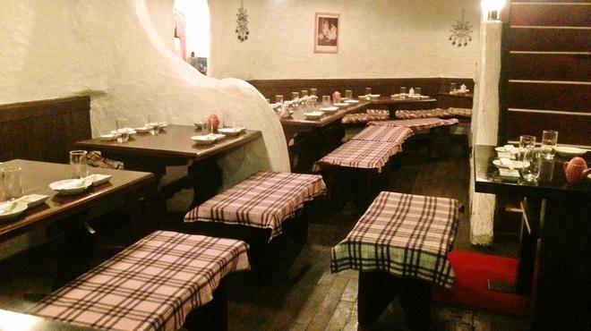 飛屋 - 内観写真:地下のpartyフロアーは 地中海ワイン蔵を模したフロアー最大34名様迄OK     ベンチシート&長椅子で移動も楽々。