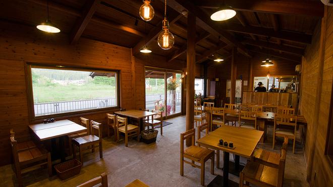 釜炊近江米 銀俵 - 内観写真:木造に土間打ちの店内