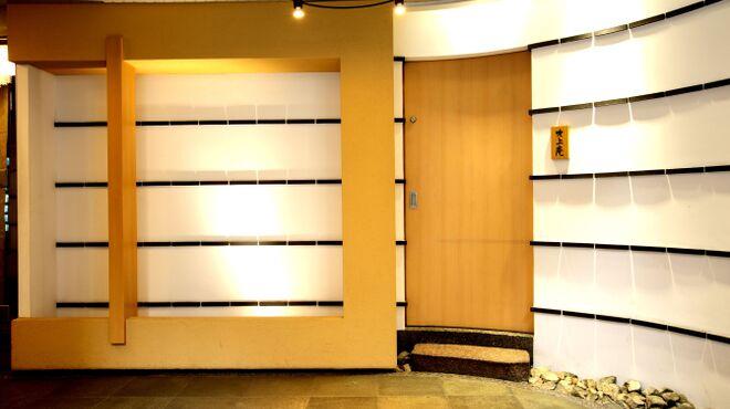吹上庵 - 外観写真:ビルの1階に看板ものれんも無い、セレブ感ただよう表札だけの入り口。ドアを開けるのがドキドキ。