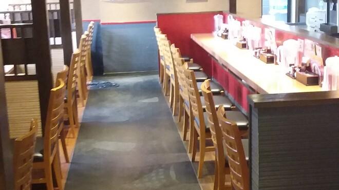麺屋 國丸 - 内観写真:カウンター、テーブル席