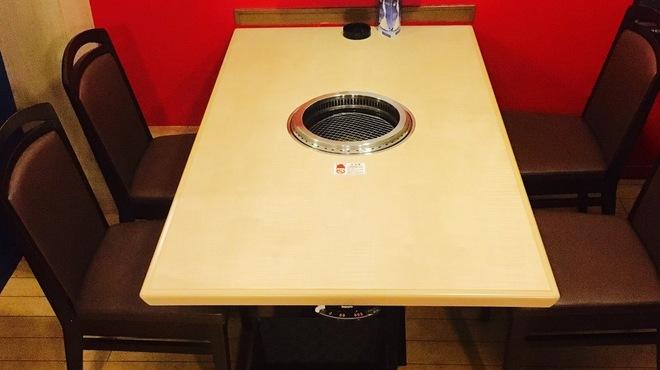 焼肉 殿 - 内観写真:カップルや仲間同士のご利用に最適の半個室!