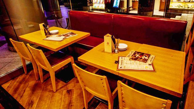 ベルサイユの豚 - 内観写真:テーブル席