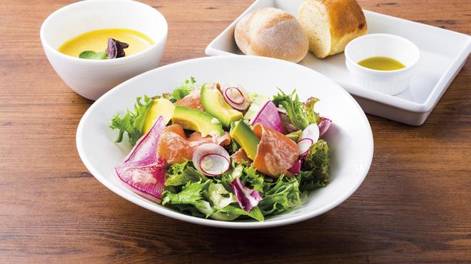 ブルー・ブリック・ラウンジ - 料理写真:【ランチ】サーモンとアボガドのグリーンサラダ