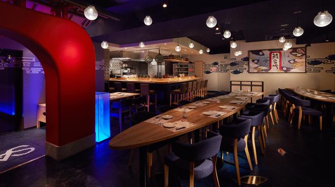 とろさば料理専門店 SABAR - 内観写真:団体様ご利用もお任せあれ♪サバ型テーブルで楽しいサバ会を!