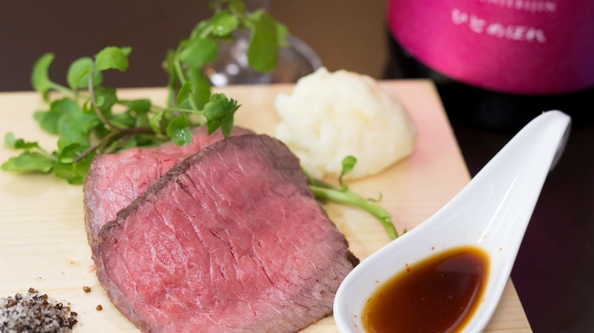 立呑みビストロ やまもと - 料理写真:高級黒毛和牛のウチヒラの赤字覚悟のローストビーフ