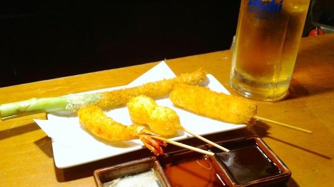 串かつ 関 - 料理写真:冷たいビールと串かつ!ソースはお好みで。