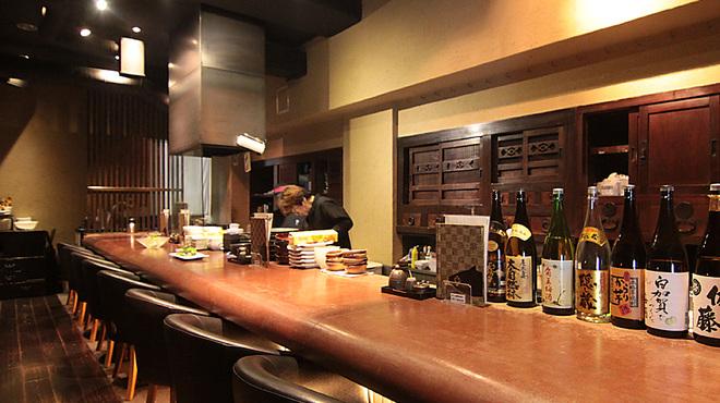 とろさば料理専門店 SABAR - 内観写真:ゆったりと座れるカウンター席。