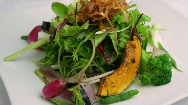 ビルーチェ - 料理写真:那須高原・広島・長野から産地直送の色々季節野菜のビルーチェ特製サラダ