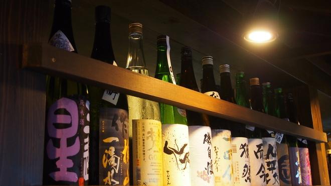 門 - ドリンク写真:利き酒師が選んだ常備20種の日本酒と季節酒や限定酒も豊富にご用意。