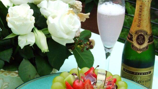 レストラン花の館 パラディ北野 - 料理写真:記念日にはケーキやお花の贈物・・