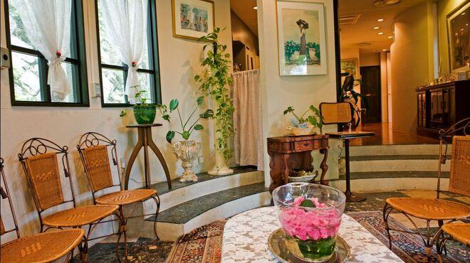 レストラン花の館 パラディ北野 - 内観写真:優雅な邸宅に招かれたような雰囲気