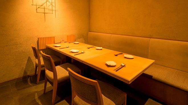 水刺齋 - 内観写真:仕切りのある【5~8名様】の半個室タイプ席もございます