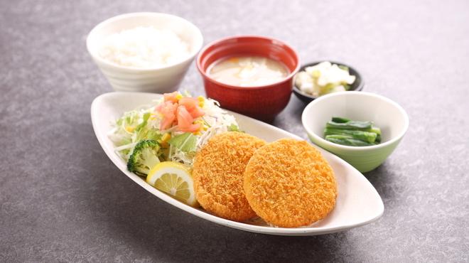米どころん - 料理写真:もち豚荒挽きメンチカツ定食