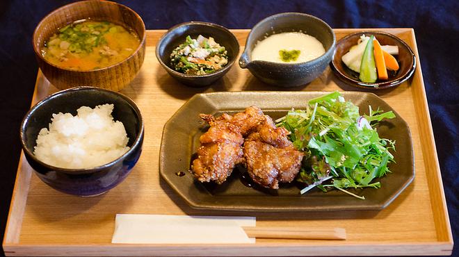 釜炊近江米 銀俵 - 料理写真:近江米粉の唐揚げ定食。ミニとろろ付き。