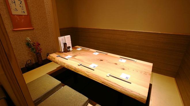 鳥恵 - 内観写真:小さな床の間を設えた個室。掘りごたつで足を伸ばして寛げる。