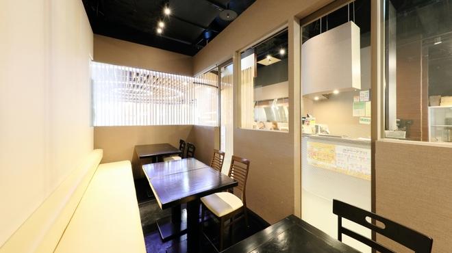 北○ - 内観写真:個室スタイルでゆったりと。入口すぐの喫煙テーブル席(12席)