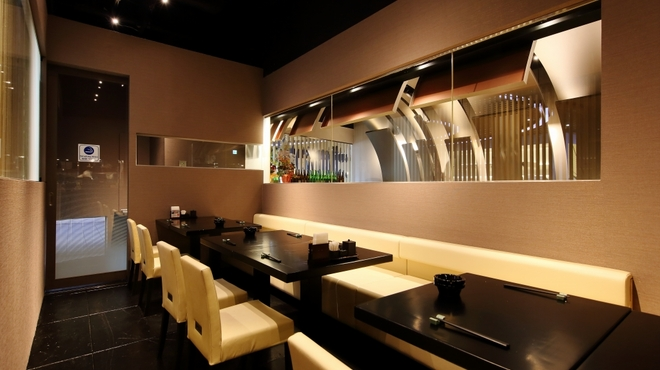 北○ - 内観写真:入口右側の喫煙テーブル席12席。奥に、喫煙所を新設。愛煙家にも優しい空間です。