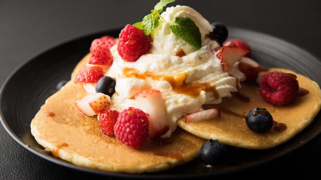 アンパスカフェ - 料理写真:パンケーキ600円(税別)ベリーにふんわりクリーム。鹿児島県喜界島産のさとうきび100%使用、コクのある 「黄金シロップ」との相性は抜群です。