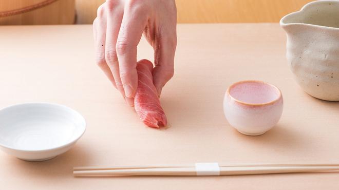 誠寿司 - 料理写真:お客様の目の前で握る板前のパフォーマンスもお楽しみください