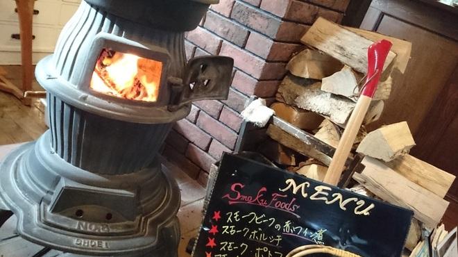 燻香廊 - 内観写真:雪の中お越しいただいたお客様のために薪を焚いてお待ちしております。