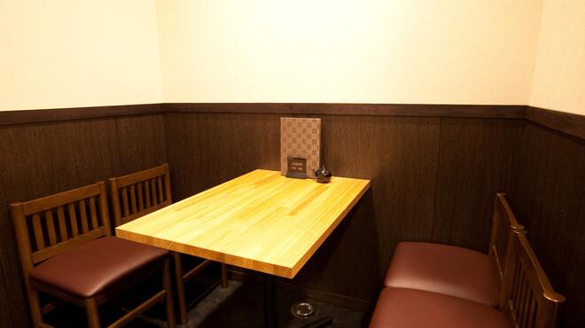 年輪 - 内観写真:一階奥には、テーブル席があります。6名様以上貸切できます。