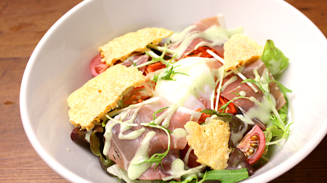ピソラ - 料理写真:熟成生ハムとフランス産カマンベールチーズ、温泉玉子のサラダ