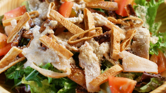 炙屋十兵衛 - 料理写真:鶏の生ハムとルッコラ・庄内麩のシーザーサラダ