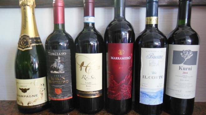 ムーラン - ドリンク写真:ワインボトル各種 ワインセラーにワイン1000本以上常備