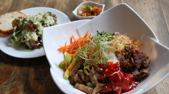 SEO - 料理写真:SEOのランチ 韓国のビビンパー(8種類の野菜が入った韓国の伝統的な料理です。。)