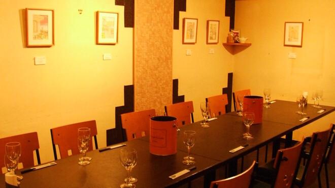 アーヴァーズ - 内観写真:6~10名様用のお席もございます。個室は2室。お早めにご予約を