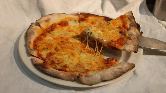 ワイン食堂コウキチ - 料理写真:クワトロチーズピザ