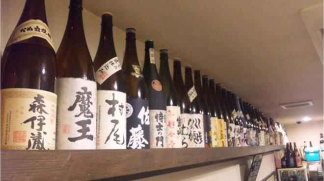 元祖博多麺もつ屋 - 料理写真:ずら~っと50種類以上揃う焼酎。410円~とリーズナブルな価格がうれしい。