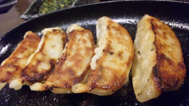 元祖博多麺もつ屋 - 料理写真:鉄板あつあつギョーザ!!目の前で焼くので美味しさUP!