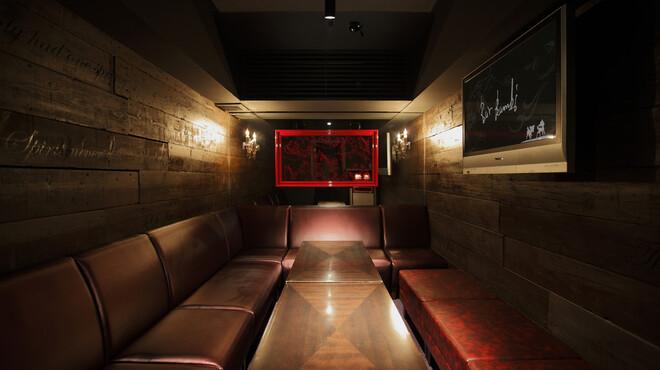 Bar Bambi - 内観写真:完全個室のVIPルームはカラオケ完備。お忍び利用にも・・・。