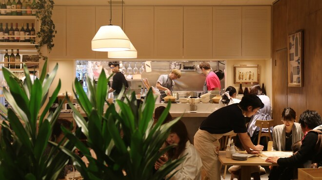 SARU Wine Japan Bistro - 内観写真:オープンキッチンの活気ある店内。