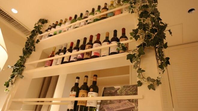 SARU Wine Japan Bistro - 内観写真:ワインは全て日本産