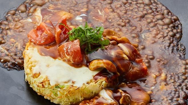 鉄板焼き・お好み焼き 一歩 新宿西口ハルク店は、西新宿にある鉄板居酒屋。  お昼の時間には、ご飯・味噌汁・漬物が食べ放題のランチ定食が提供される。豚・もち・チーズを卵で巻いた「とん平」は、一度食べたらやみつきになる味わい。