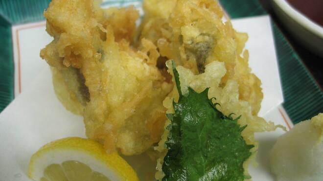 能登美 - 料理写真:牡蠣の天ぷら。熱々を藻塩につけてパクッ!中からジューシーなお汁と牡蠣独特の香りが漂ってこれはもうたまりません。