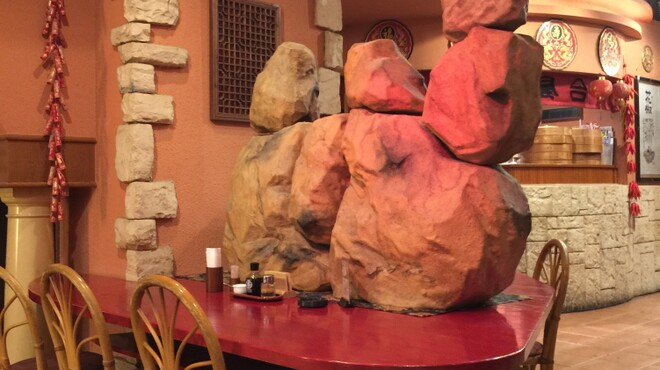 中華ダイニング 餃子屋台 - 内観写真:大きなラクダを見上げるカウンター席
