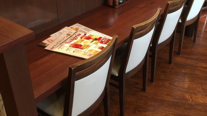 岡山グルメと珈琲 ALOALO - 内観写真:気軽に座れるカウンター席