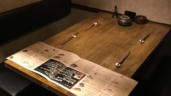 ビストロ居酒屋 BISTRO土間 - 内観写真:半個室のテーブルでワインを傾けて